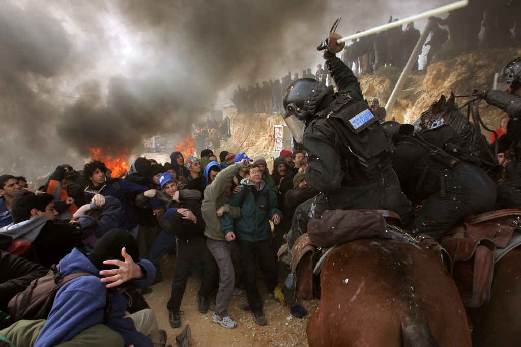 dee-Natan-Dvir-Clashes-between-Jewish-Settlers-and-policemen-during-evacuation-of-Amona-2007-Courtesy-Natan-Dvir21