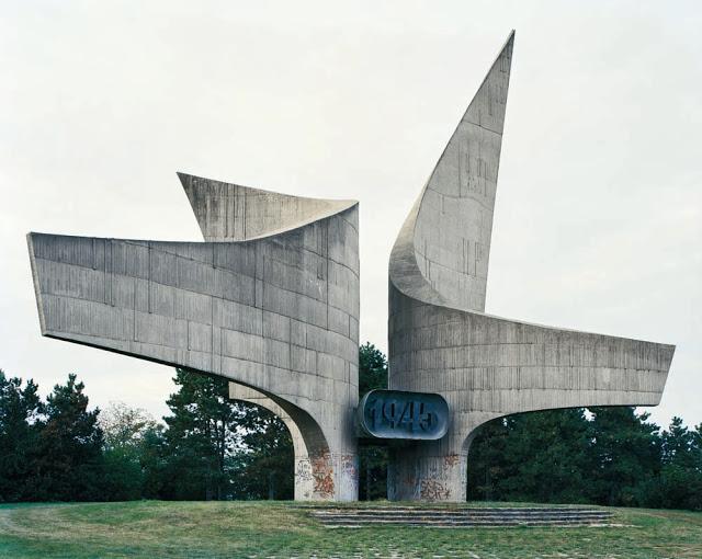 Jan kempenaers spomenik lenscratch for Architecture equilibre