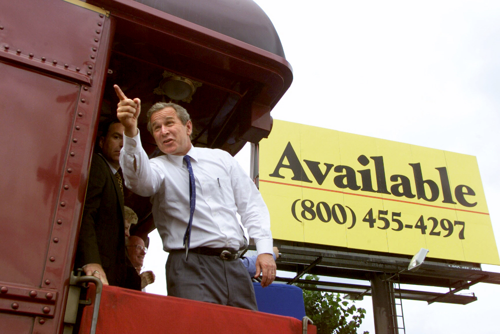 [nyt] sdc1-8/5/00-NATIONAL/BUSH- George Bush during a stop in Battle Creek, Mich. photo by STEPHEN CROWLEY/THE NEW YORK TIMES