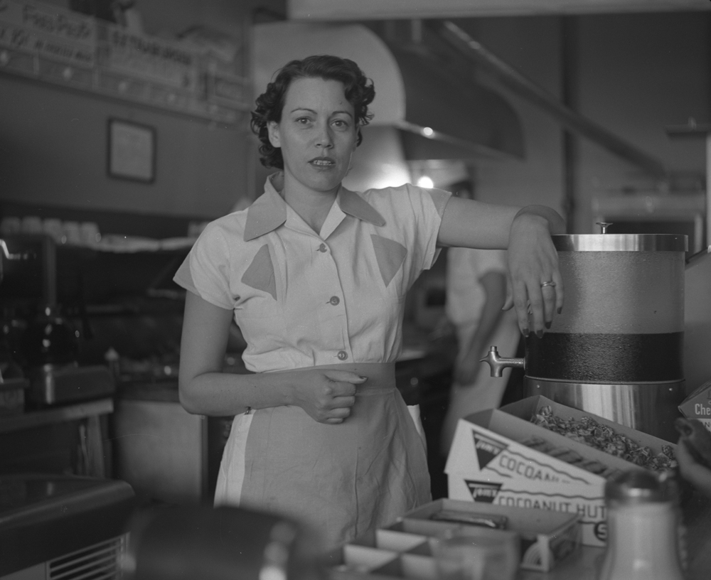 035-people-waitress-at-ernies-burger-stand