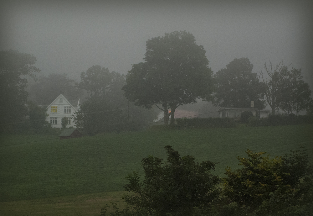 a-white-house-in-fog