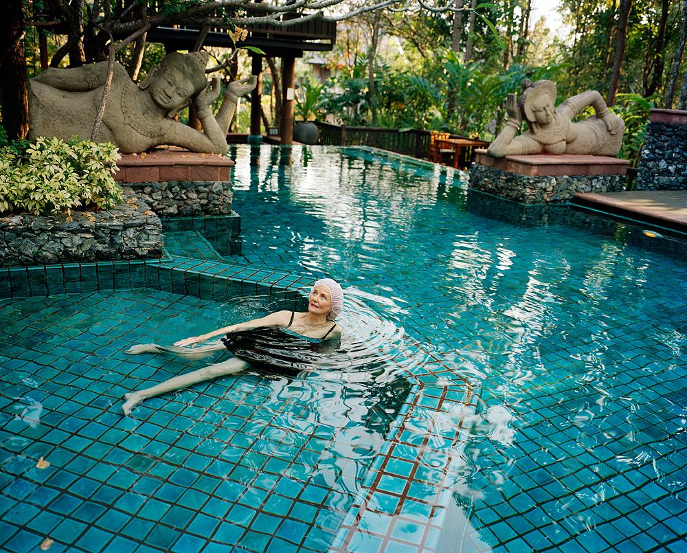 2_7 mum in pool w/ buddhas - Chiang Mai '08 001