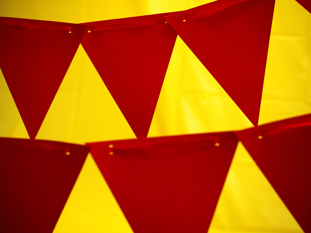 07RedPennants&YellowTablecloth