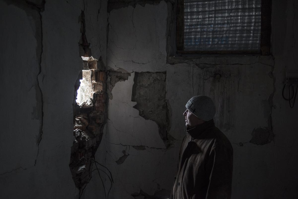 5708994 22.11.2018 Местный житель в поселке Донецкий Луганской области. Валерий Мельников / РИА Новости