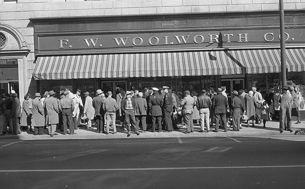 2_Wikimedia_Woolworth's_Durham,_NC_February_1960._From_the_N&O_Negative_Collection,_State_Archives_of_North_Carolina,_Raleigh,_NC._Photos_taken_by_The_News_&_(24521501845)