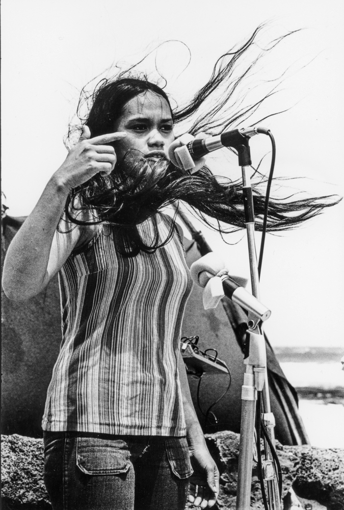 Greevy_Save_Our_Surf_(SOS)_demonstration_at_Wāwāmalu_on_Oʻahu_s_east_end_1972_010
