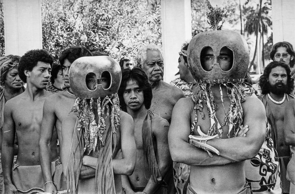 Greevy_Young Hawaiian_men_with_mākini_at_Protect_Kahoʻolawe_ʻOhana_trials_1977_01